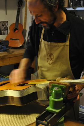 Restauro chitarra Verniciatura tavola