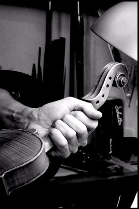 Finitura violino Liuteria Falaschi